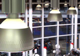 Oświetlenie hali produkcyjnej – dlaczego jest tak ważne?