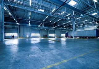 Oświetlenie przemysłowe LED – rodzaje, przegląd produktów, zastosowanie