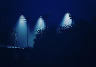 Profesjonalne oświetlenie ulic – jakie znaczenie ma rozsył światła?